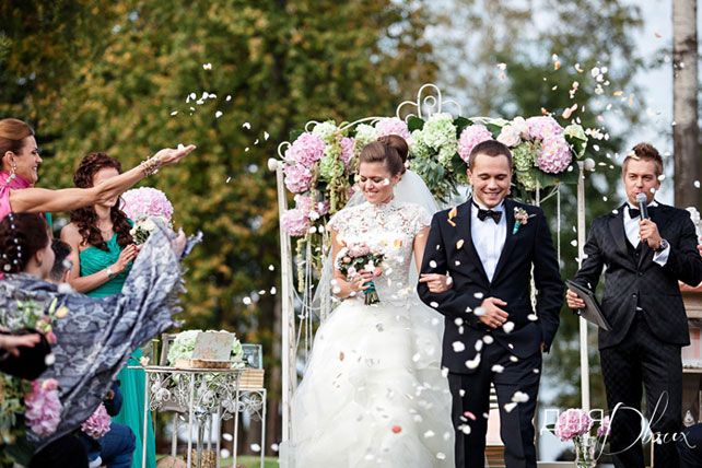 Муж и жена после бракосочетания