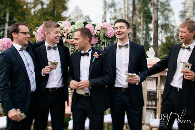 Жених со своими друзьями на свадьбе