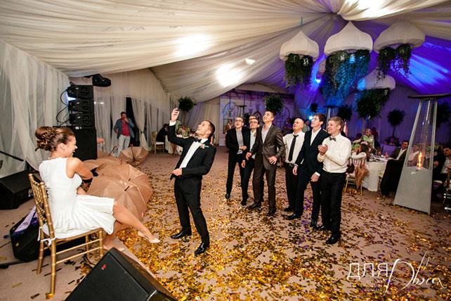 Жених кидает подвязку невесты