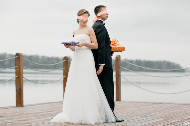 Жених и невесты с завязанными глазами