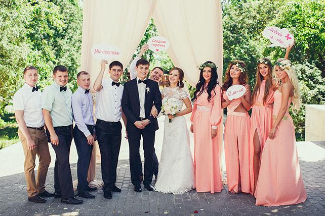 свадьба в пастельных тонах, жених, невеста, подружки и друзья