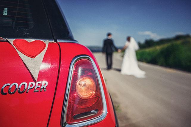 свадьба в пастельных тонах, декор свадебного авто флажками
