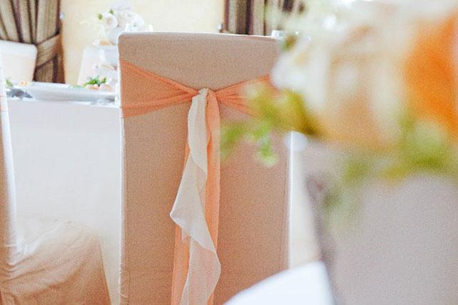 свадьба в пастельных тонах, декор стульев тканью