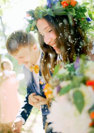 Жених и невеста в конфети