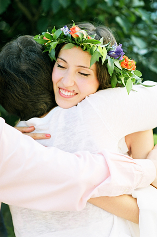 Гости обнимают невесту
