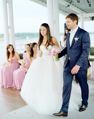 Жених и невеста идут по дорожке
