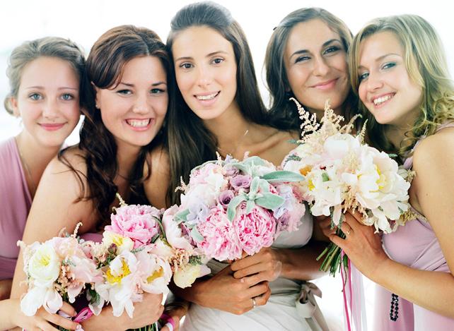 Подружки невесты и невеста улыбаются