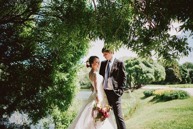 Средиземноморский рустик, жених и невеста в парке