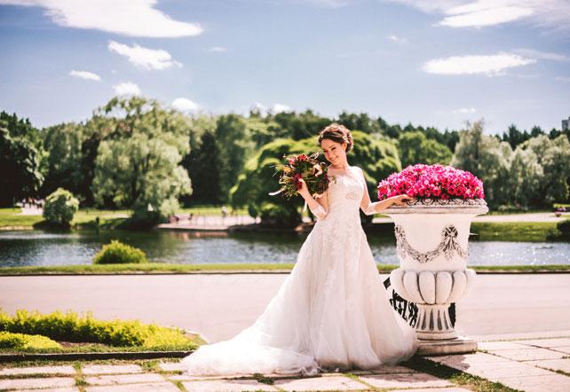 Средиземноморский рустик, жених и невеста в парке с цветами
