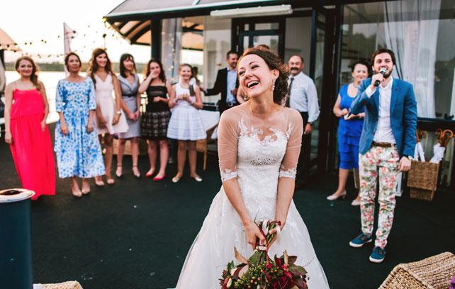 Средиземноморский рустик, невеста бросает букет