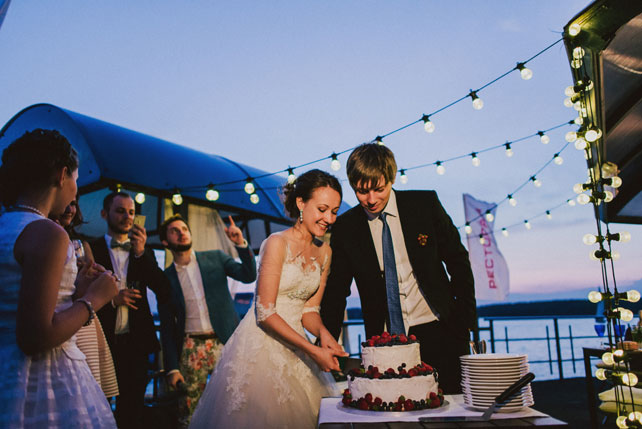 Средиземноморский рустик, жених и невеста разрезает торт