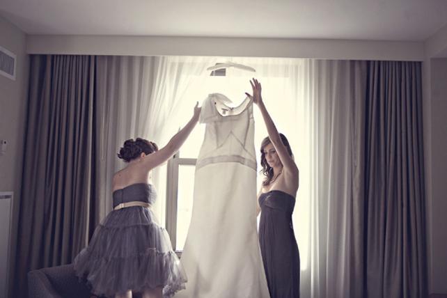 Невеста одевает платье
