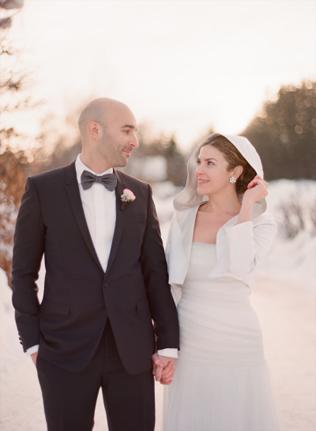 Жених и невеста смотрят друг на друга