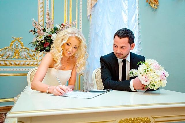 В загсе жених и невеста