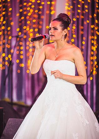 Поют на свадьбе невеста