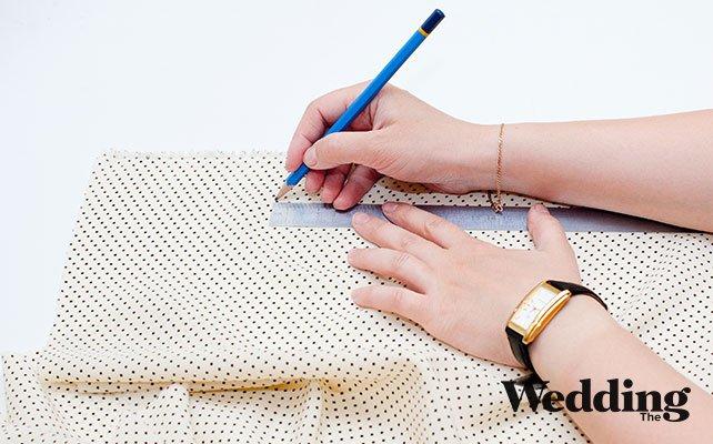 Как сделать красивый бант для декора стула, Наметить карандашом полоску нужного размера