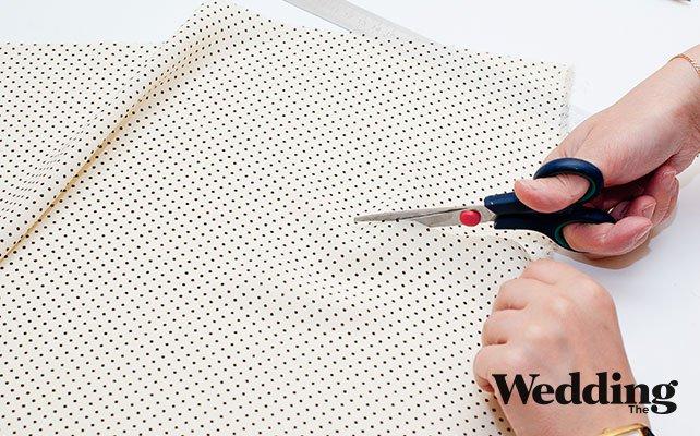 Как сделать красивый бант для декора стула, вырезать полоску