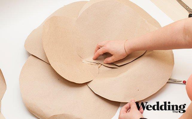 Как сделать гигантские бумажные цветы для декора зала, собираем лепестки в цветок