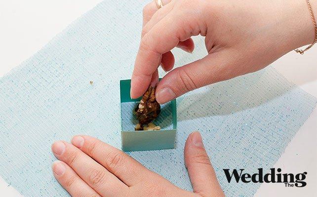 поместить куб в центр фатина, насыпать орехи