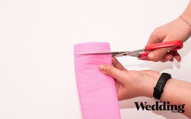 делаем надрезы на гофрированной бумаге