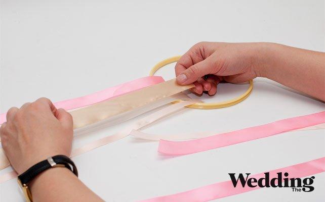 как сделать люстру из лент, отрезаем куски лент и закрепляем на пяльцах