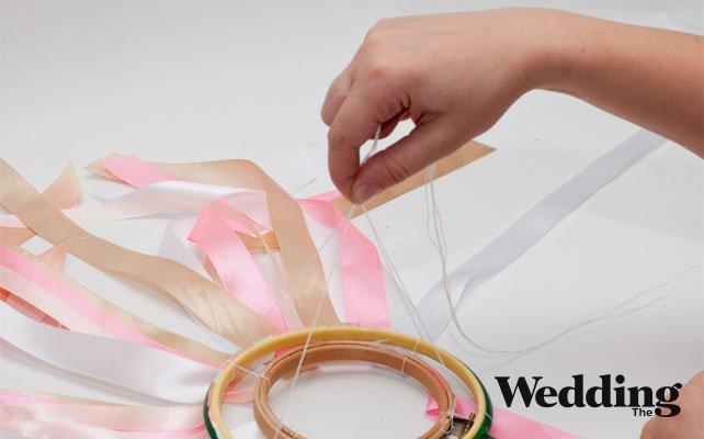 как сделать люстру из лент, прикрепить нитки для подвешивания люстры