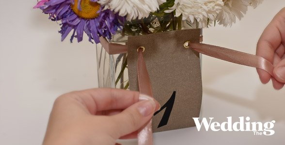 номер стола на вазе с цветами