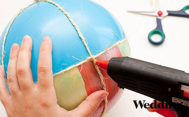 подклеить бечёвку к шару в нескольких местах