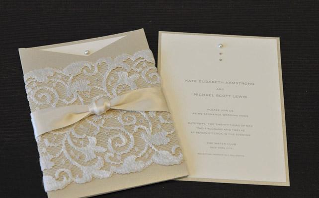 Приглашение на свадьбу с кружевом и бусинами